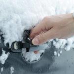 Примерзли двери авто: что делать?